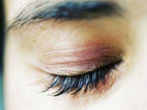 Слипаются глаза по утрам после сна - причины, что делать