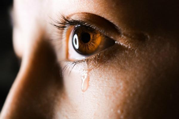 Болят глаза от слез
