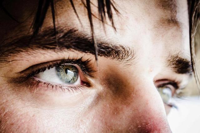 Как научиться закатывать глаза вверх