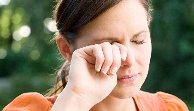 Болит верхнее или нижнее веко - причины, что делать